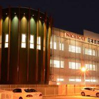 さとう建設の施工オフィスビル(日本街路灯製造) 外観(夜景)画像