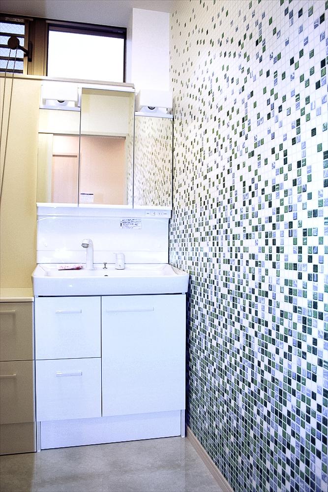 さとう建設施工の注文住宅 狭小地・二世帯・3階建て 洗面室画像