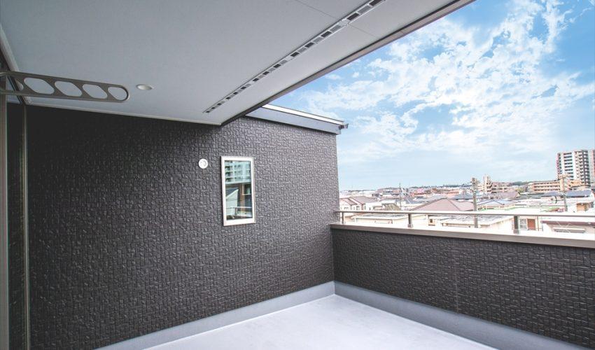 3階建て最上階のルーフバルコニーからの眺めは最高。気候のいい時期はここでの昼寝が気持ちいい。